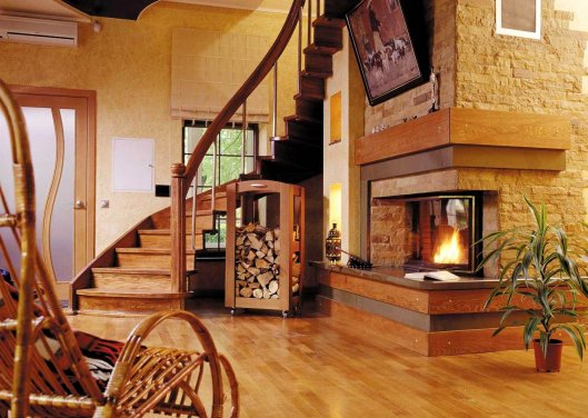 Деревянные лестницы в интерьере частного дома