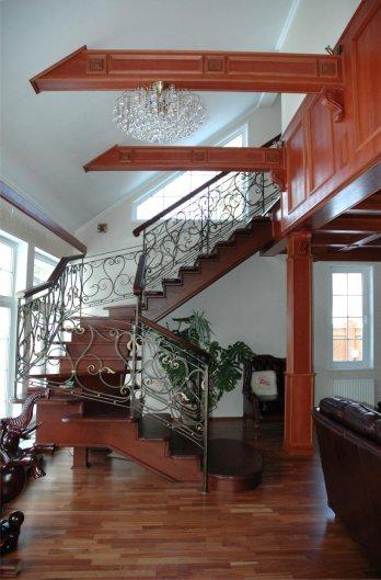 Маршевые лестницы – дерево или металл?