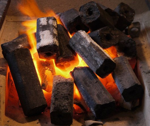 Что выгоднее топливные брикеты или древесный уголь ?